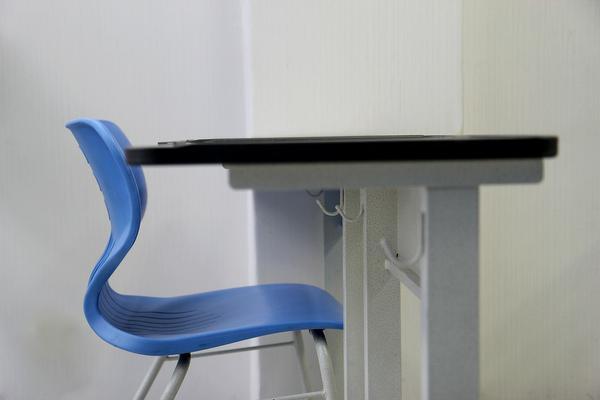 wytrzymałe krzesło szkolne regulowane